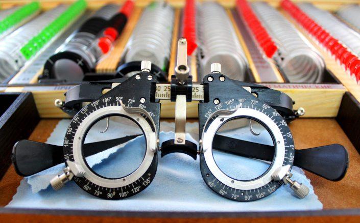 наборами пробных очковых линз и офтальмологических изделий